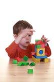 Spielen mit Blöcken Lizenzfreie Stockfotos