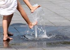 Spielen mit Brunnen Lizenzfreies Stockbild