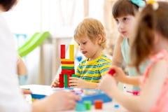 Spielen mit Farbblockspielwaren im Kindergarten lizenzfreie stockbilder