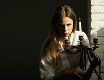 Spielen mit Gefahr Frau mit Schuh und Kerzenständer des hohen Absatzes mit Schlange Junge Frau mit langem Haargriff-Modeschuh lizenzfreies stockfoto