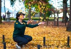 Spielen mit Ginkgo Biloba-Blättern Lizenzfreies Stockfoto