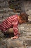 Spielen mit kleinen Steinen Stockbild