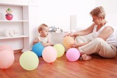 Spielen mit Oma Lizenzfreie Stockfotos