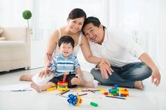 Spielen mit Sohn Lizenzfreie Stockbilder