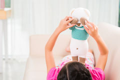 Spielen mit Spielzeugbären Lizenzfreie Stockbilder