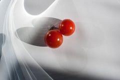 Spielen mit Tomaten lizenzfreies stockbild