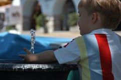 Spielen mit Wasser Stockbild