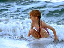 Spielen mit Wellen lizenzfreie stockbilder