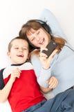 Spielen mit zwei jungen Kindern Stockbilder