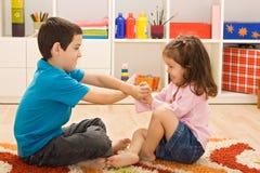 Spielen mit zwei Kindern Stockbilder