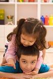 Spielen mit zwei Kindern Stockfoto