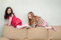 Spielen mit zwei kleinen Mädchen Stockfoto