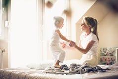 Spielen am Morgen mit Mama lizenzfreies stockfoto