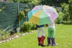 Spielen nach dem Regen Stockfoto