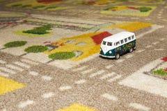 Spielen Sie Auto (Bus) auf Teppich Lizenzfreies Stockbild