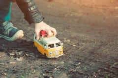 Spielen Sie Automodell des Autos, das im Schlamm fest ist Stockbild