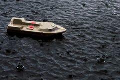 Spielen Sie Boot (Weinlese) in einem Regen Stockbild