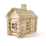Spielen Sie das Holzhaus, das auf weißem, wenig Häuschenhaus des Holzes lokalisiert wird Stockfoto