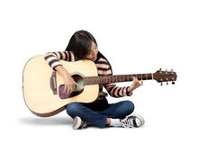 Spielen Sie das schöne jugendlich Mädchen der Gitarre…, das Musik mit einer Gitarre spielt Lizenzfreies Stockfoto
