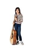 Spielen Sie das schöne jugendlich Mädchen der Gitarre…, das Musik mit einer Gitarre spielt Lizenzfreie Stockfotos