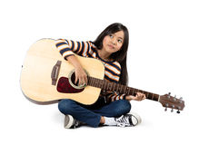 Spielen Sie das schöne jugendlich Mädchen der Gitarre…, das Musik mit einer Gitarre spielt Stockbilder