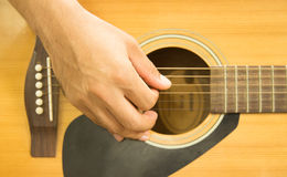 Spielen Sie das schöne jugendlich Mädchen der Gitarre…, das Musik mit einer Gitarre spielt Lizenzfreies Stockbild