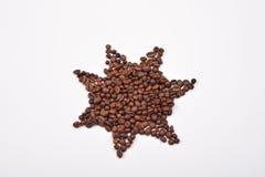 Spielen Sie das Symbol die Hauptrolle von den Kaffeebohnen auf weißem Hintergrund gemacht wird Stockbild