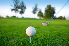 Spielen Sie den grünen Lochkursmann golf, der kurze Kugel setzt Lizenzfreie Stockbilder