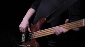 Spielen Sie die Bass-Gitarre stock video