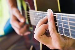 Spielen Sie die Gitarre Stockfotos