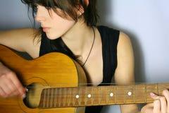 Spielen Sie die Gitarre Lizenzfreie Stockfotos