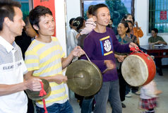 Spielen Sie die Trommel: Chinesische traditionelle Hochzeit Stockfotos