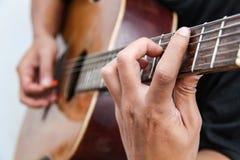 Spielen Sie die Version 2 der Gitarre eigenhändig stockfotografie