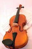 Spielen Sie die Violine Stockbild