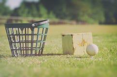 Spielen Sie am Driving-Range Korb mit Golfbällen an der rauen Zone selbstverständlich Golf stockfoto