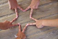 Spielen Sie Form mit sechs Handfingern auf einem Strand die Hauptrolle Stockbild