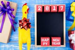 Spielen Sie gelbes Huhn, anwesende Geschenkbox, Tafel und glückliches neues y Stockbild