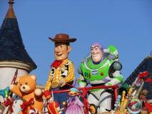 Spielen Sie Geschichte, Buzz Lightyear und Woody auf einem Floss bei Disneyland Paris stockfotos