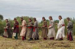 Spielen Sie Kampfwiederinkraftsetzung der Ära des Mongole-tatarischen Jochs in der Kaluga-Region von Russland am 10. September 20 Lizenzfreies Stockfoto