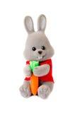 Spielen Sie Kaninchen mit der Karotte, die auf Weiß getrennt wird Lizenzfreies Stockfoto