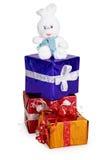 Spielen Sie Kaninchen und Weihnachtsgeschenke auf Weiß Lizenzfreies Stockbild