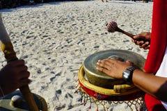 Spielen Sie Musik am kulturellen Festival am Strand lizenzfreie stockfotos
