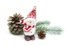 Spielen Sie Schneemann- und Kiefernkegel auf einer weißen Hintergrundnahaufnahme Stockbild