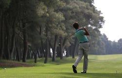 Spielen Sie Schwingen im riva dei tessali Golf lizenzfreie stockbilder