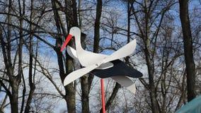 Spielen Sie Storch auf Welle mit den hölzernen Flügeln, die sich leicht in Wind drehen stock video footage