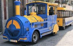 Spielen Sie touristisches Schienenfahrzeug in altem Porto, Portugal Lizenzfreie Stockfotografie