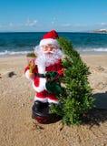 Spielen Sie Weihnachtsmann mit einem Baum und Geschenken des neuen Jahres Stockfotos