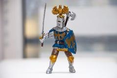 Spielen Sie Zahl eines Ritters mit einer Klinge und einem Schild Lizenzfreies Stockfoto