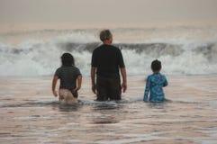Spielen am Strand lizenzfreie stockfotografie