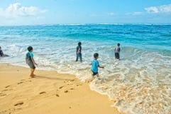 Spielen am Strand lizenzfreies stockbild